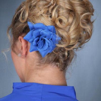 Brautfrisur mit blauer Blume