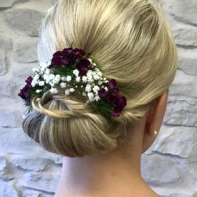 Elegante-Brautfrisur-mit-Blumen