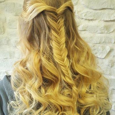 Abiballfrisur-lange-Haare-halboffen-Locken
