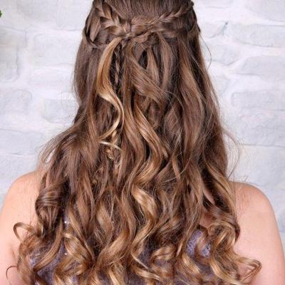Abschlussballfrisur-lange-Haare-halboffen-