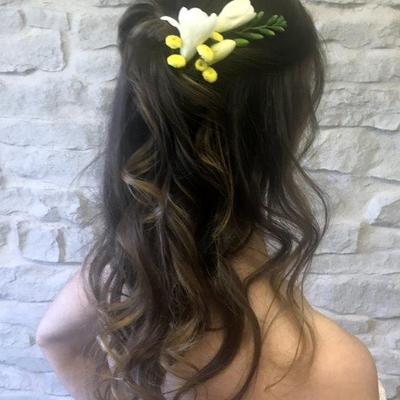 Brautfrisur-halboffen-mit-Blumen