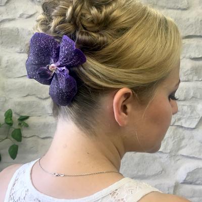 Brautfrisur-getwistet-gedreht-mit-orchidee-blume