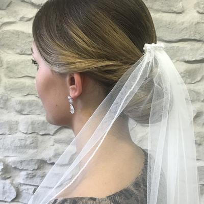Brautfrisur-mit-schleier-chignon-elegant