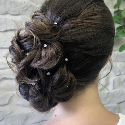 Brautfrisur-seitlich-gesteckt-dicke-haare