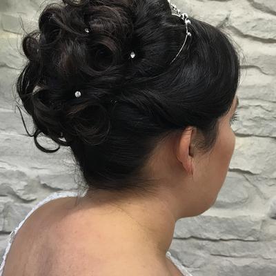 Brautfrisur-steckfrisur-mit-diadem-locker-gesteckt