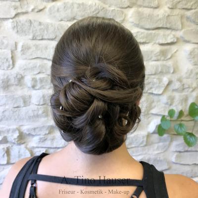 Elegante-steckfrisur-chignon-strass-nackenknoten